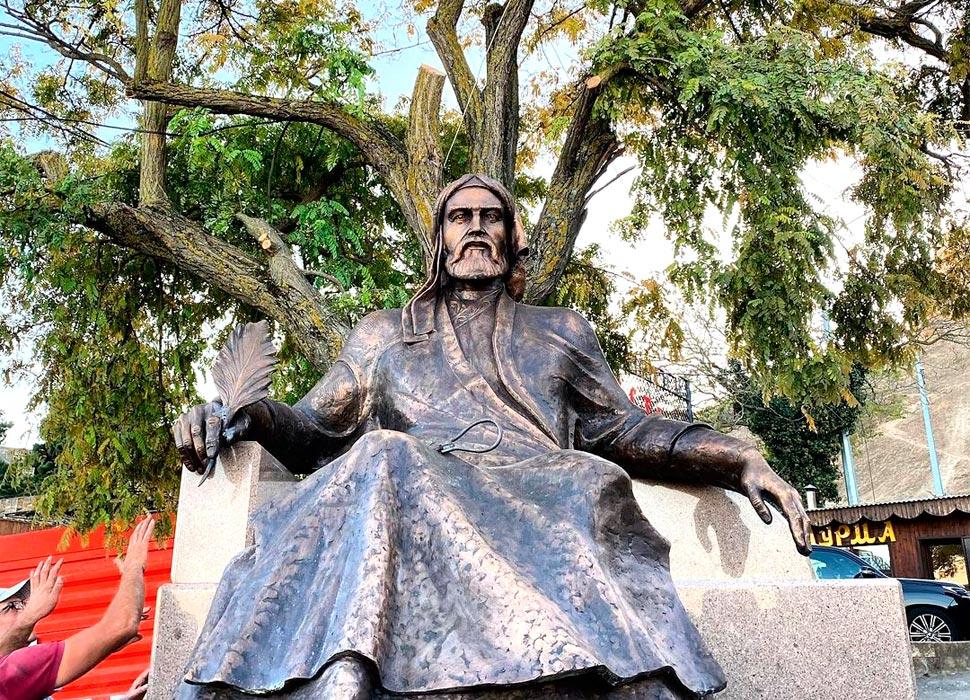 В Дербенте установлен памятник поэту Низами Гянджеви